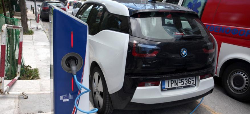 Η κυβέρνηση μελετά κίνητρα για την προώθηση της ηλεκτροκίνησης - Δωρεάν στάθμευση και διέλευση από διόδια | STARTEG.GR